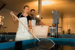 judith und Simon beim Fisch einfangen